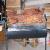 全羊炉の大きいサイズの厚焼き炉の外で無煙炭を焼いて5人以上の子豚の腿肉のグリルを焼きます。
