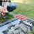 原始人の木柄ソーセージにホットドッグを挟んで、焼肉と野菜を挟んで、オーブンの付属品を挟みます。
